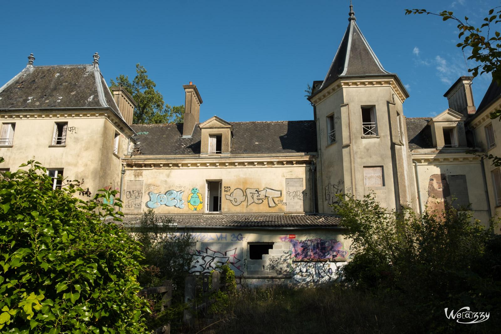 Tous confinés dans un château abandonné de Bretagne